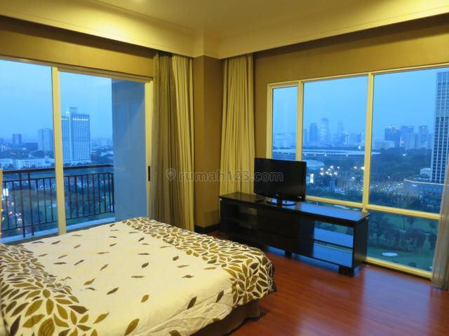 The Best Price and the Best Unit 3BR+3bath Size 175sqm Semi gross/151sqm net in Senayan Residences, on the High Floor with its Amazing View Full to the Golf Course, Full Furnished and Very Clean (Ready to Move-in), Private Lift, Senayan, Jakarta Selatan