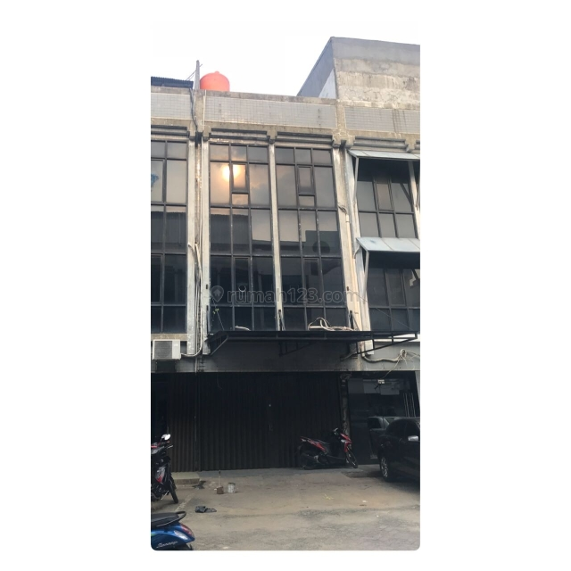 Ruko Kedoya Centre di Jl. Raya Perjuangan, Kebon Jeruk, Jakarta Barat, lokasi sangat strategis persis disamping RS SILOAM di belakang RCTI, dekat dengan pintu tol, 5 menit menuju mall taman Angrek, 15 menit menuju kampus Trisakti, Kebon Jeruk, Jakarta Barat