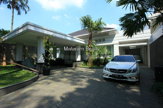 Rumah Keren Fully Furnish di Sayap Dago Halaman Luas, Dago, Bandung