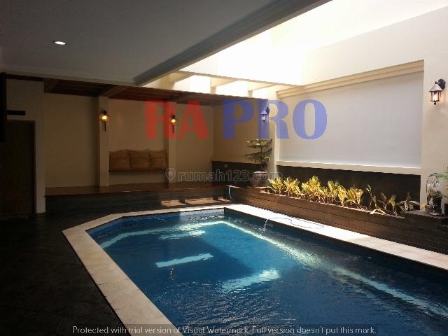 Rumah dilengkapi area lesehan di depan kolam renang, Pondok Indah, Jakarta Selatan