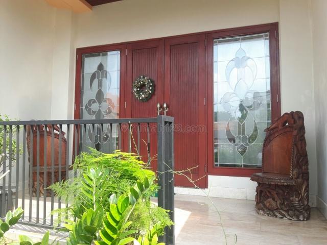 Rumah modern 2.5 lantai di daerah Bulungan dengan garasi luas, Kebayoran Baru, Jakarta Selatan