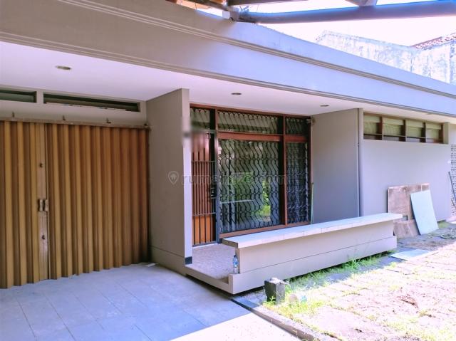 Rumah luas pinggir jalan Turangga dekat ke Martanegara dan TSM, Bandung Kota, Bandung
