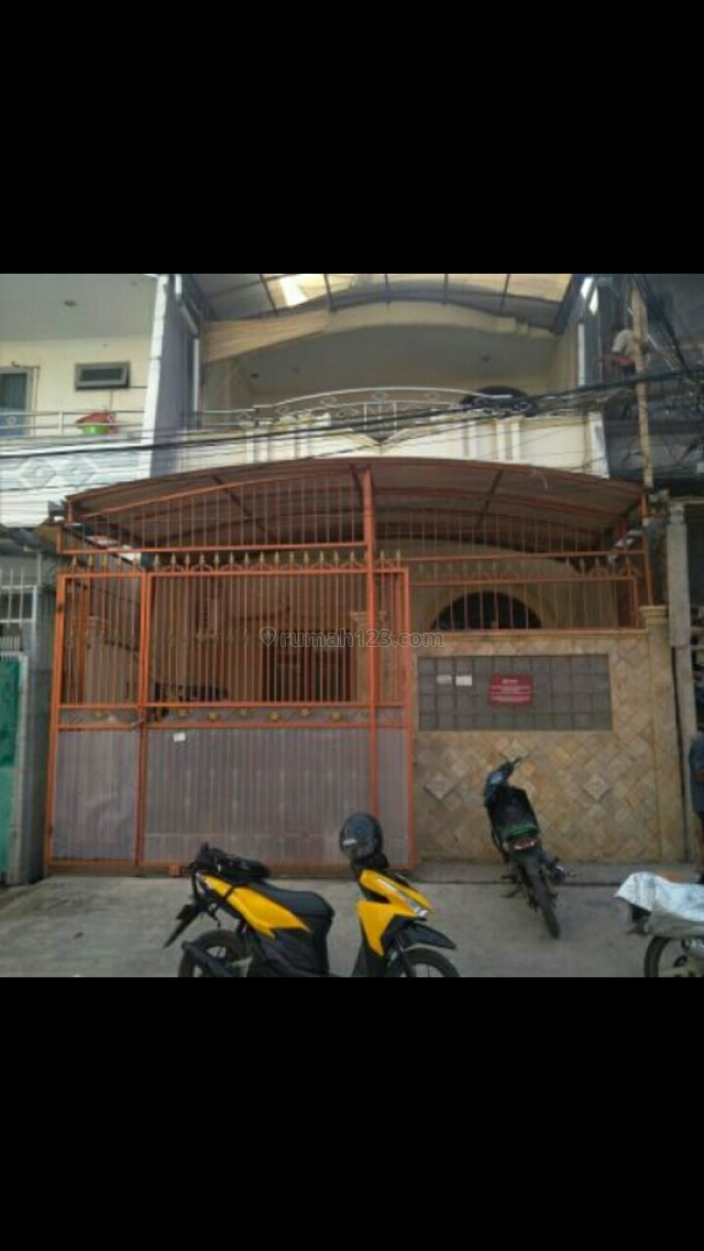 rumah pagar coklat, Kapuk, Jakarta Utara