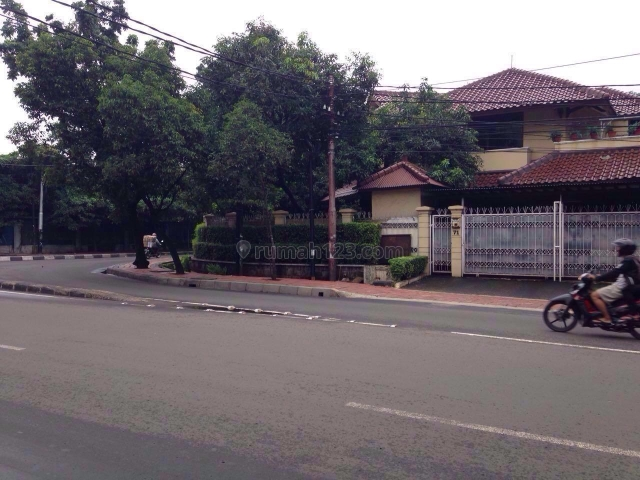 Rumah tua asri, di jalan raya Pakubuwono, cocok untuk usaha, Kebayoran Baru, Jakarta Selatan