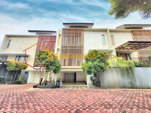 KEMANG – RUMAH DALAM TOWNHOUSE, PRIVATE POOL, BALKON LUAS, 3 LANTAI, SIAP HUNI, Kemang, Jakarta Selatan