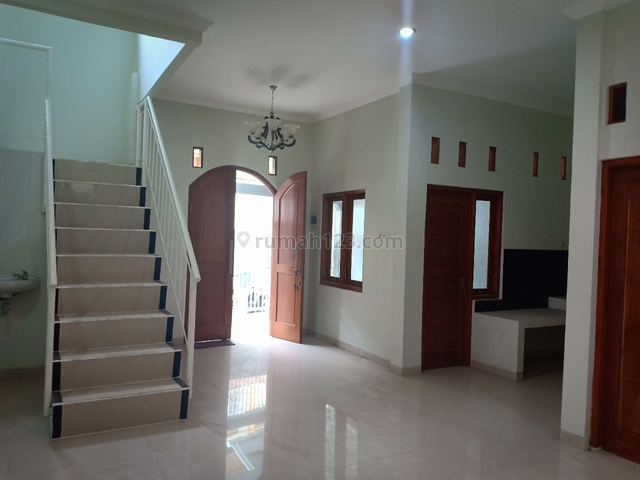 Rumah Baru gres 2 Lantai dekat mall paragon dan manahan Bebas Banjir KT 3, Manahan, Solo