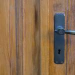 Hmm, Nggak Sulit Kok Atasi Masalah Pintu Kayu Yang Menyusut
