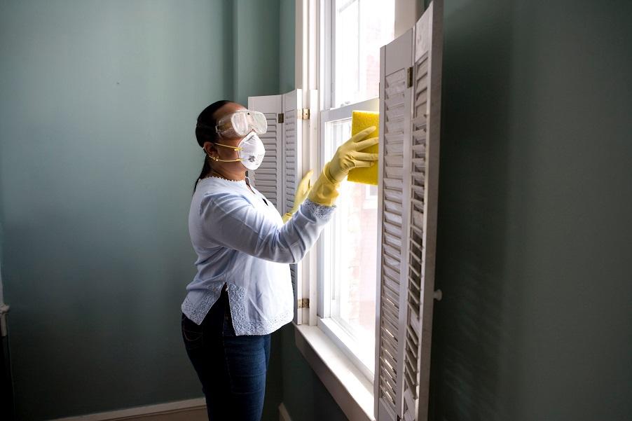 membersihkan rumah bersama keluarga