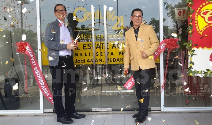Principal Century21 Mediterania 8, Yustinus Ho (kanan), bersama Meiko Handoyo dari DPP REI, berfoto bersama usai pemotongan pita tanda diresmikannya kantor baru Century21 di Citra Garden City, Jakarta Barat, Senin (8/8). (Foto: Rumah123/Inge Mangkoe)