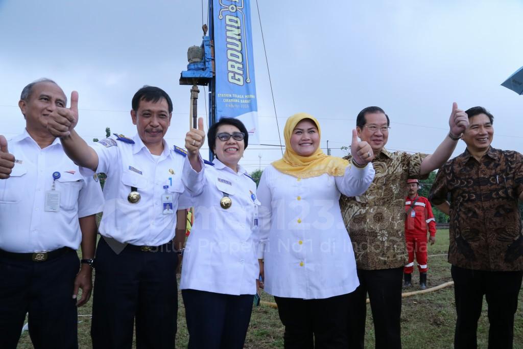 Komisaris Aktif Metland, Nanda Widya, bersama jajaran petinggi KAI, dan Bupati Bekasi Neneng Hasanah Yasin saat ground  breaking Stasiun Telaga Murni. Dok. Metland