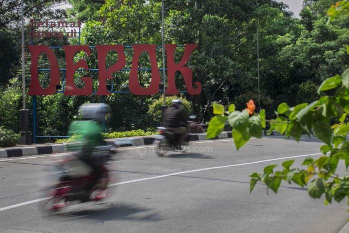 Pengendara sepeda motor melintasi jalan raya Margonda, Depok, Jawa Barat. Foto: Rumah123/Jhony Hutapea