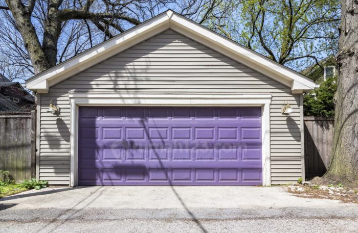 Memadukan warna pintu garasi dengan dinding rumah. Foto: Rumah123/iStockphoto