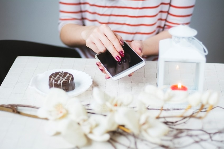 Ilustrasi candle smartphone