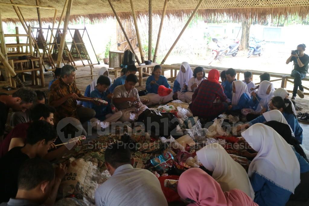 SMPN 7 Serpong dan beberapa karyawan Akademi Bambu Nusantara serta komunitas dari Bantargebang turut serta membuat modular. Dari bahan botol plastik yang dipadatkan oleh potongan bungkus plastik, Jumat (30/9). (Rumah123/Ade Miranti)