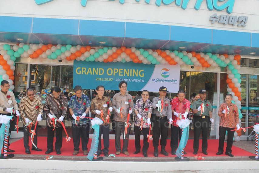 GS Supermarket milik GS retail asal Korea resmi dibuka. Terletak di Legenda Wisata Cibubur, Jumat (7/10)