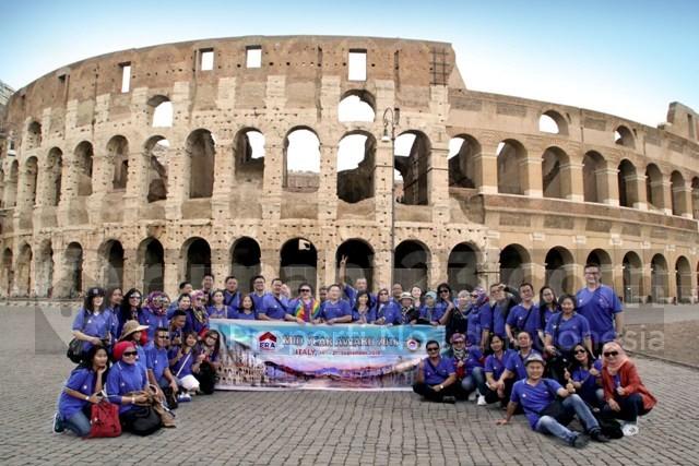 Team Era berfoto bersama di Colloseum Roma. Foto: Rumah123/IST