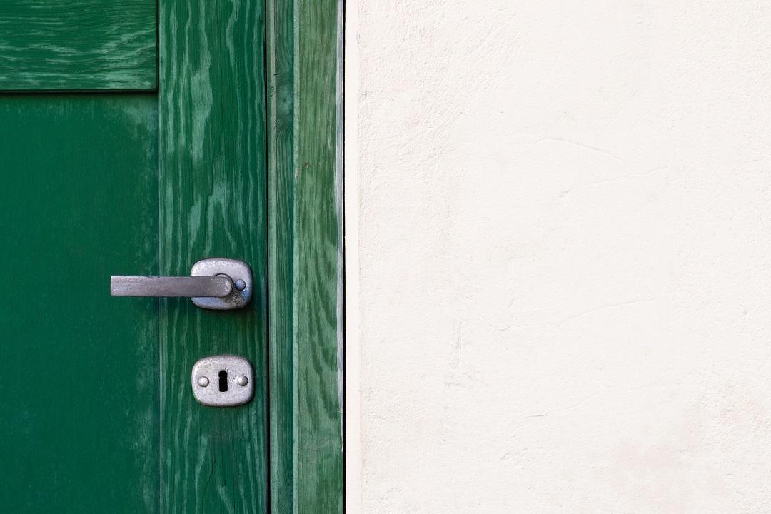 pintu kayu memuai