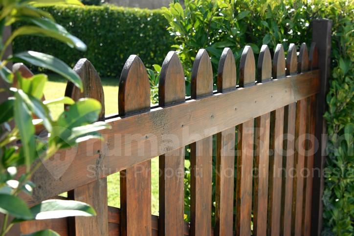waduh pilih pagar dengan material kayu atau bata ekspos ya bagian 1. Black Bedroom Furniture Sets. Home Design Ideas