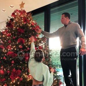 Keluarga Jennifer Lopez dan Alex Rodriguez Pasang Pohon Natal dengan Mawar Merah