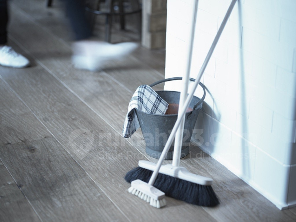 Tips Bersih Rumah: 5 Cara Mudah Membersihkan Lantai Kayu