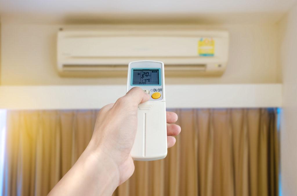 Melakukan servis rutin adalah salah satu cara supaya pendingin ruangan AC lebih awet - Rumah123.com