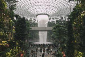 Menikmati Keindahan Air Terjun Indoor Tertinggi di Dunia