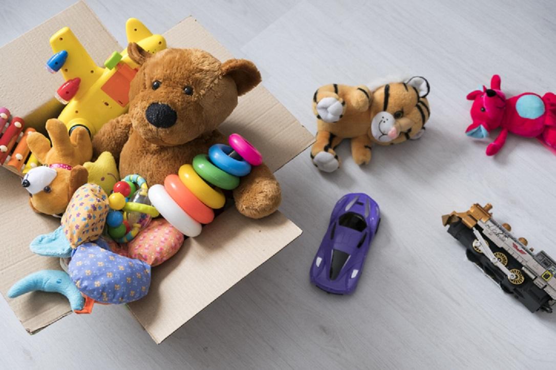 merapikan mainan anak- rumah123.com