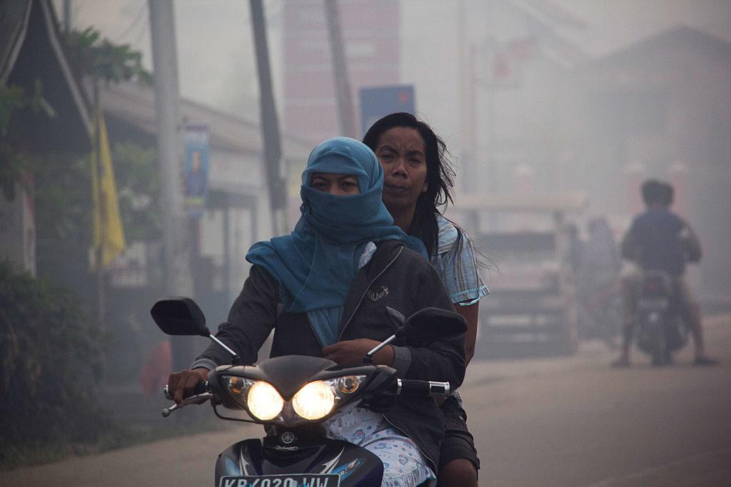 Pengendara motor menghindari kabut asap di Pontianak, Kalimantan Barat - Rumah123.com