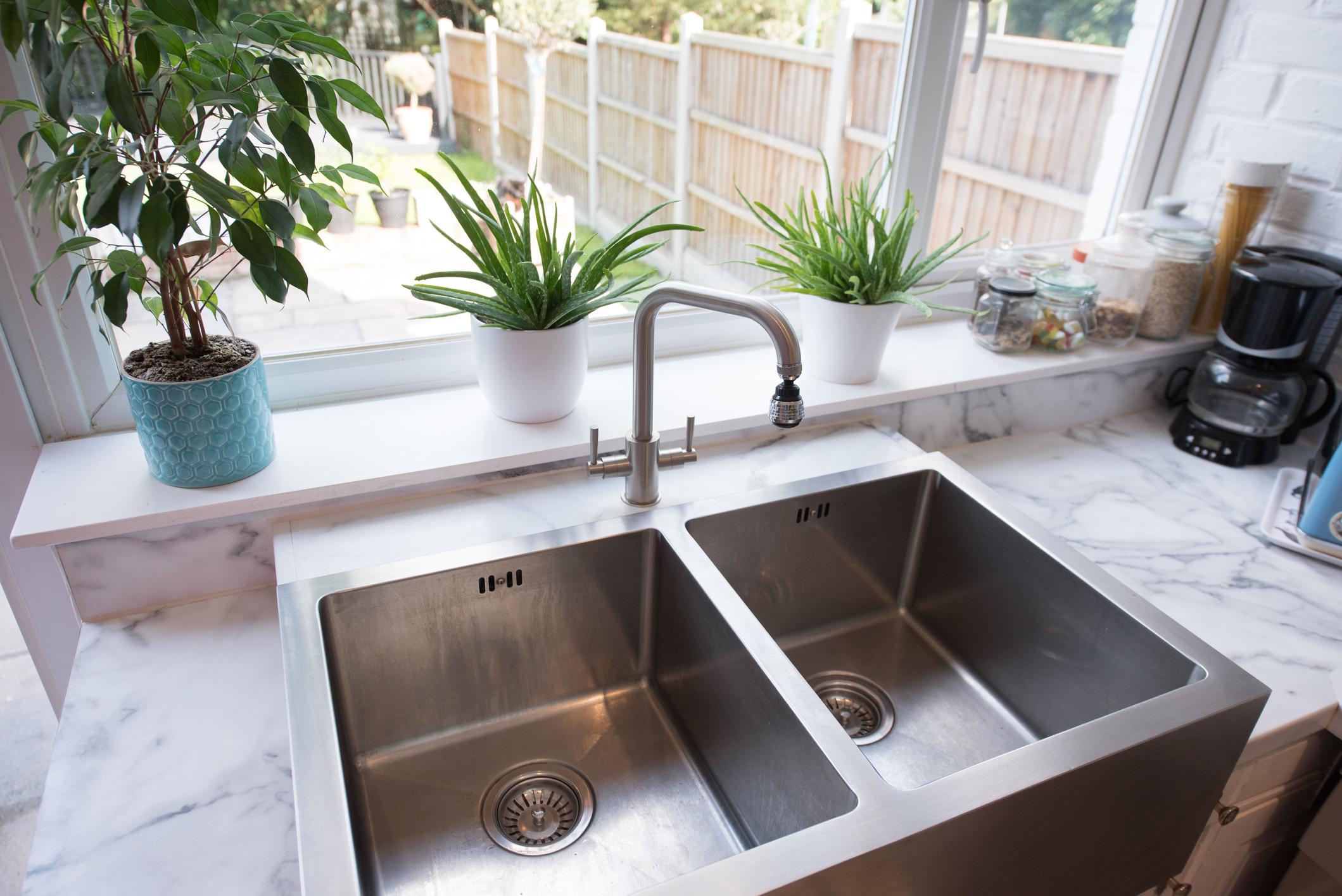Ini 4 Cara Gampang Memperbaiki Tempat Cuci Piring yang Tersumbat