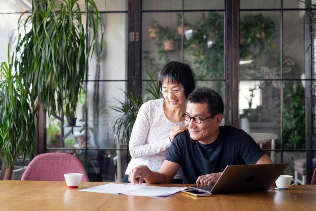 Orang tua sedang mempersiapkan surat keterangan waris untuk anak-anak mereka - rumah123.com