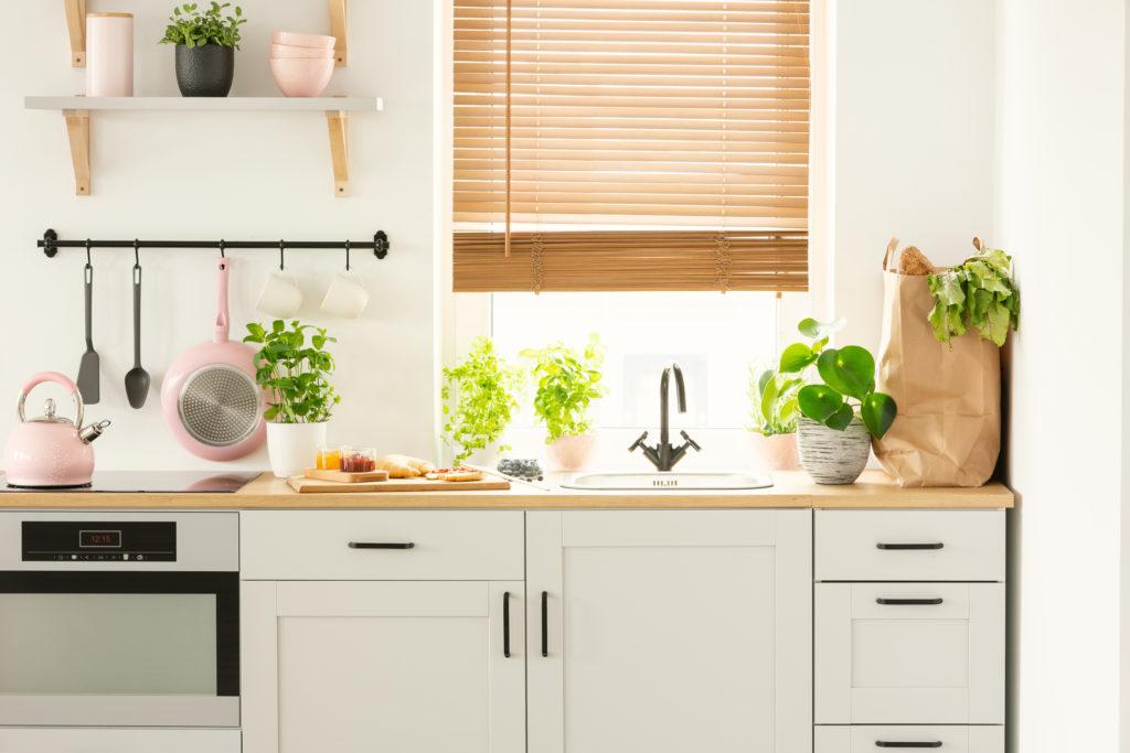 Desain dapur ramah lingkungan yang didominasi dengan kayu dan dipenuhi tanaman hijau - Rumah123.com