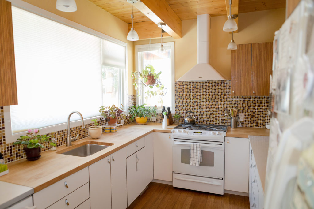 desain dapur ramah lingkungan yang mengandalkan pencahayaan alami dari matahari - Rumah123.com