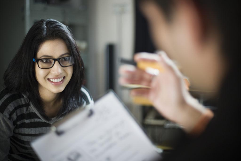 Seorang perempuan mengurus surat roya di Kantor Pertanahan - Rumah123.com