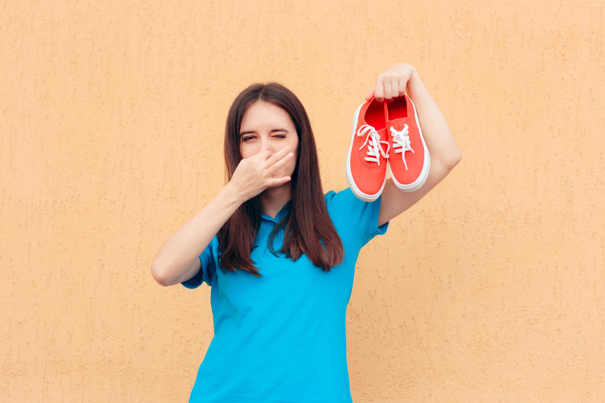 5 Cara Gampang Menghilangkan Bau Sepatu dengan Bahan yang Ada di Rumah!