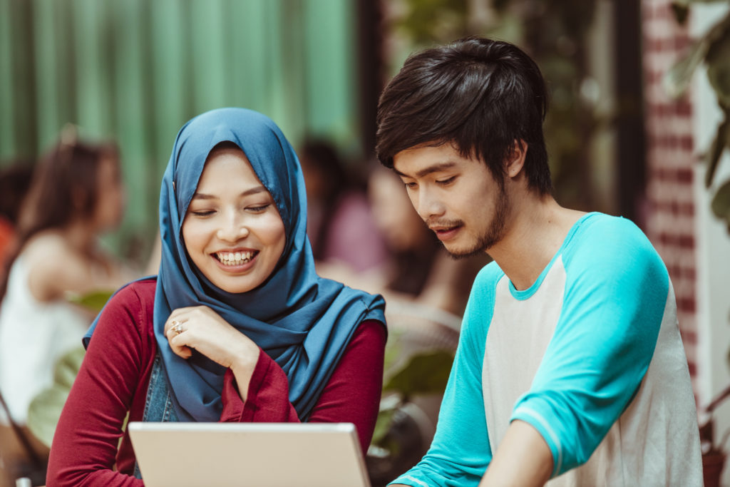 Pasangan muda sedang membadingkan KPR konvensional dan KPR syariah - Rumah123.com