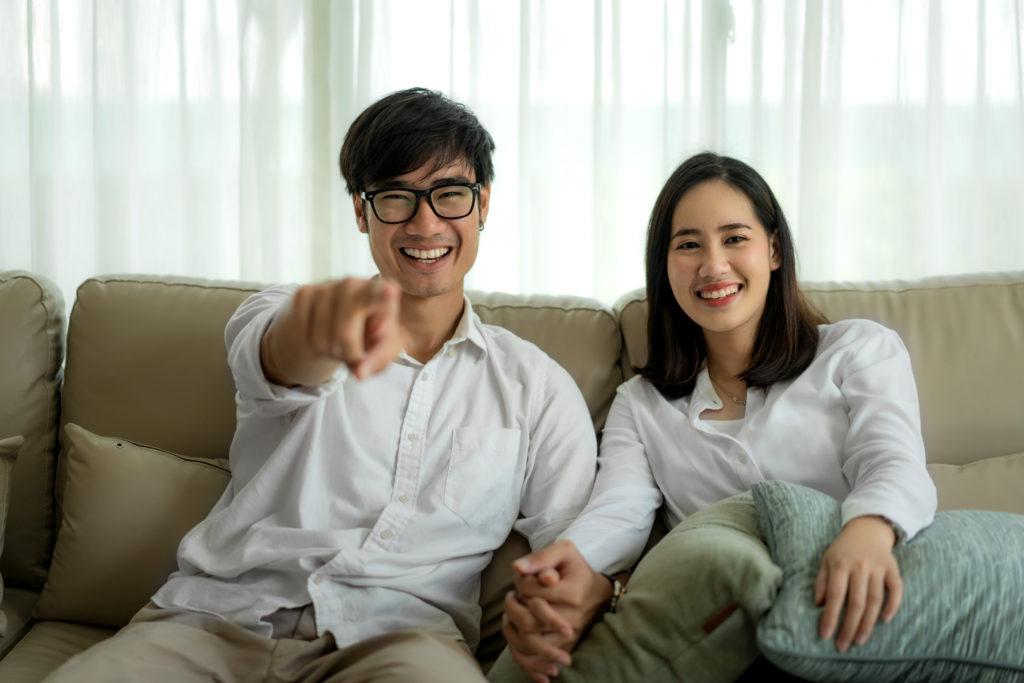 pasangan sedang menonton film terbaik sepanjang masa di rumah mereka - rumah123.com