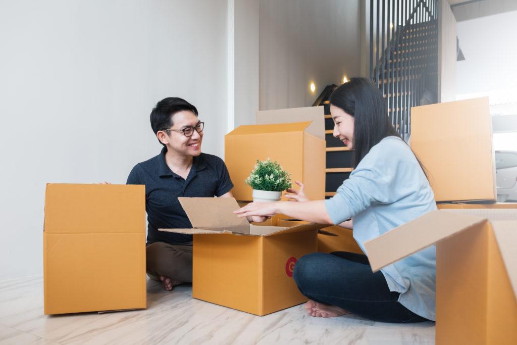 Pasangan sedang mempersiapkan barang untuk pindah rumah - Rumah123.com