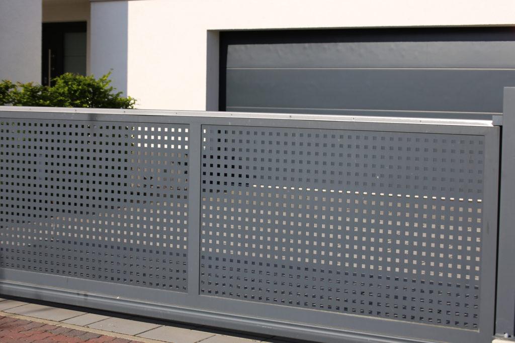 Rolling door membantu kamu mengamankan isi garasi kamu dengan mudah dan cepat (Rumah123.com)