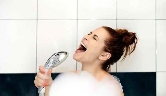 nyanyi di kamar mandi