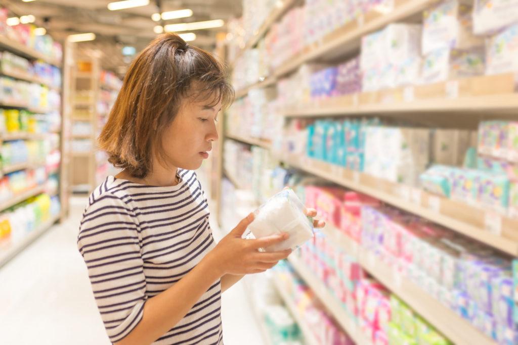 Seorang wanita sedang melakukan kegiatan belanja bulanan - Rumah123.com