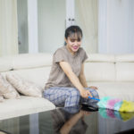 7 Kebiasaan yang Bikin Kamu Lebih Capek Saat Bersih-Bersih Rumah