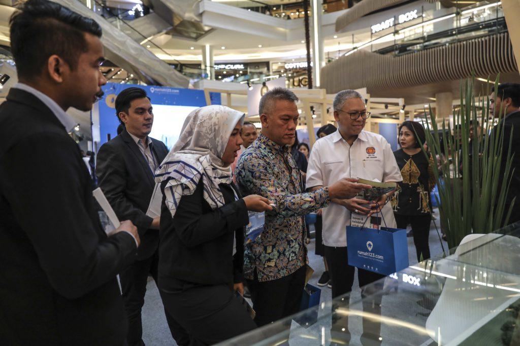 Perwakilan dari Kementerian PUPR sedang mengunjungi Festival Properti Indonesia 2019 di Kota Kasablanka - Rumah123.com