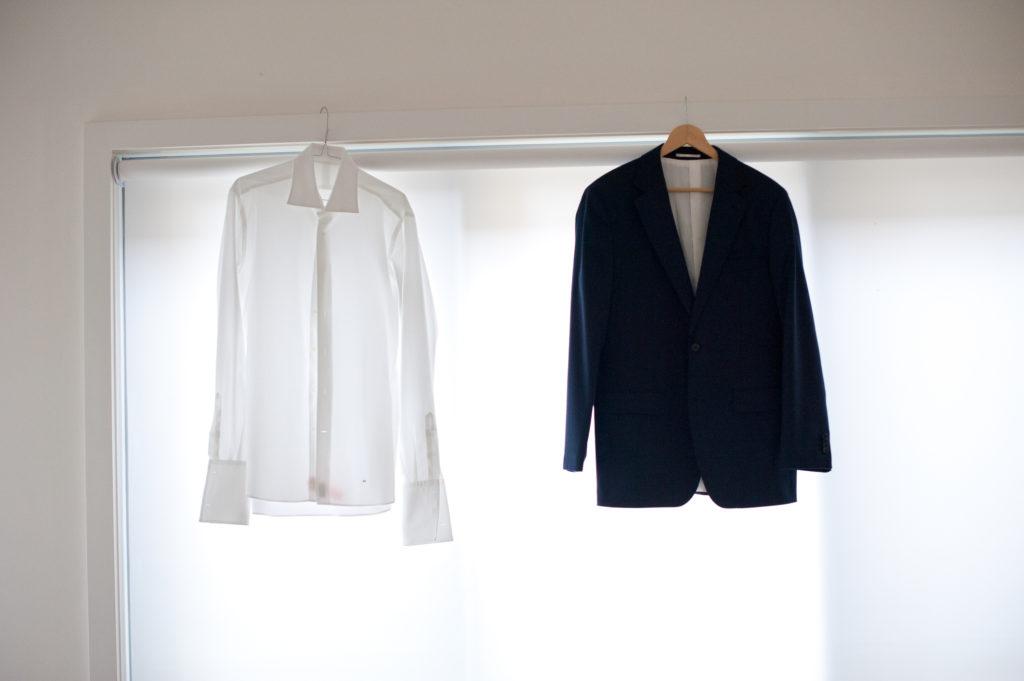 Merapikan pakaian kusut dengan cara digantung, gak butuh setrika! - Rumah123.com