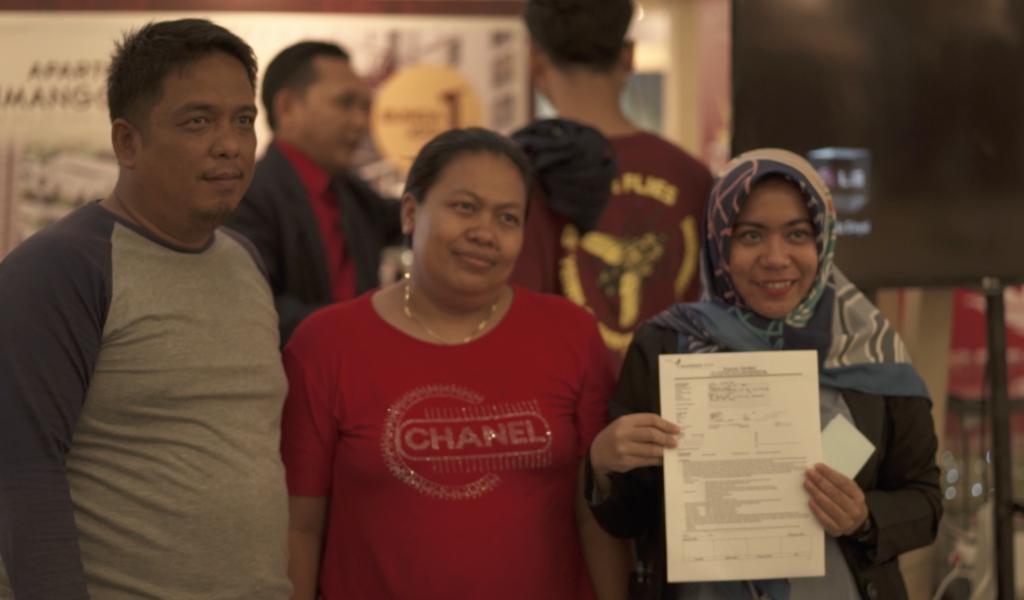 Ibu Eni dan Bapak Lili, konsumen yang berhasil mendapatkan hunian di Festival Properti Indonesia - Rumah123.com