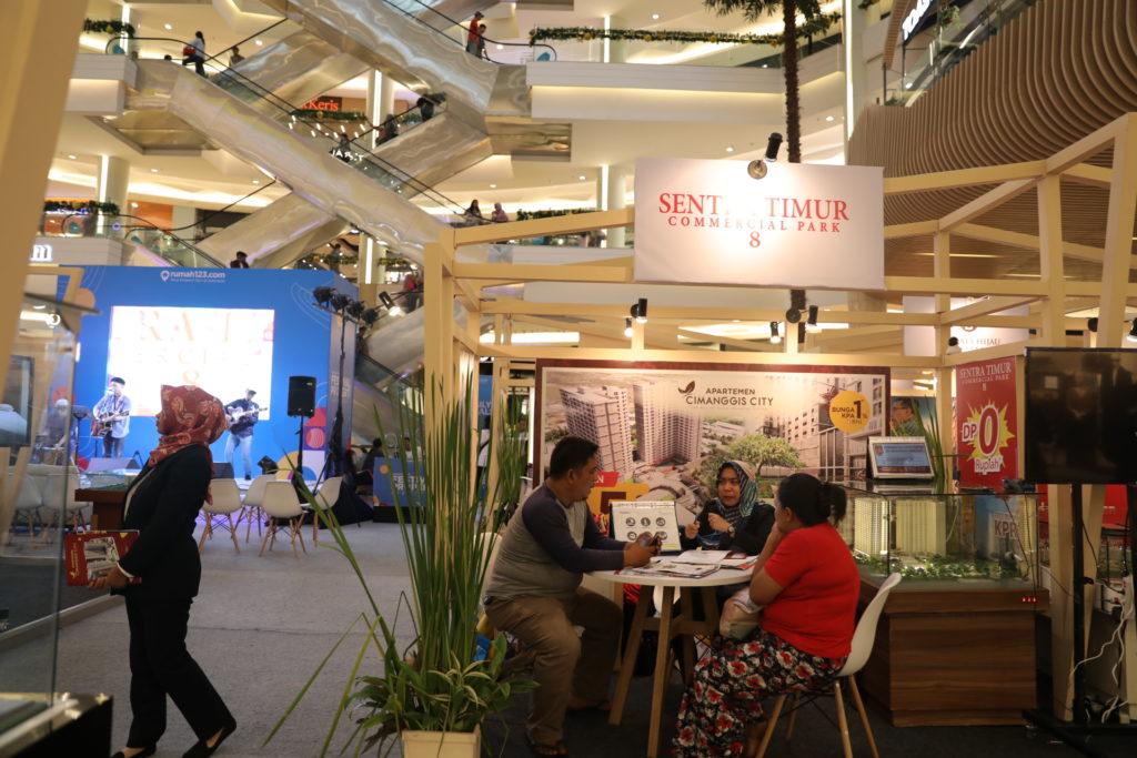 Pengunjung sedang melakukan transaksi di Festival Properti Indonesia 2019 - Rumah123.com