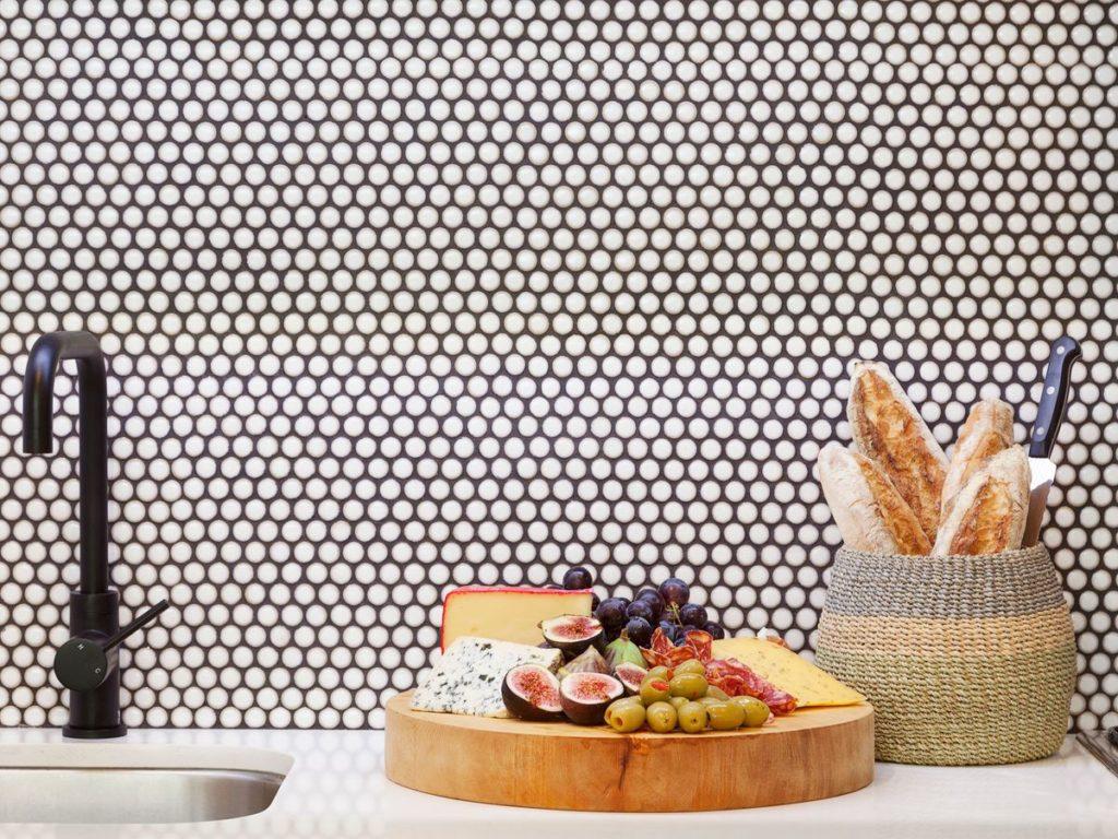 Perpaduan berbagai corak menjadi salah satu tren desain dapur di 2020 - Rumah123.com
