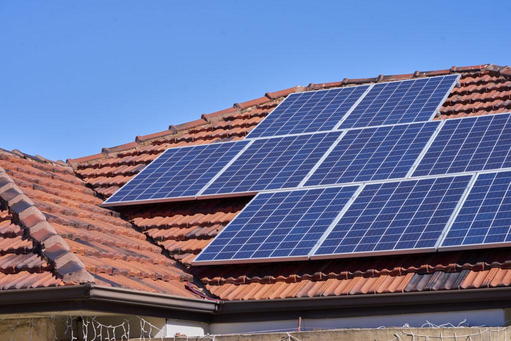 Selain ramah lingkungan, penggunaan panel surya ternyata bisa membuatmu lebih hemat - Rumah123.com