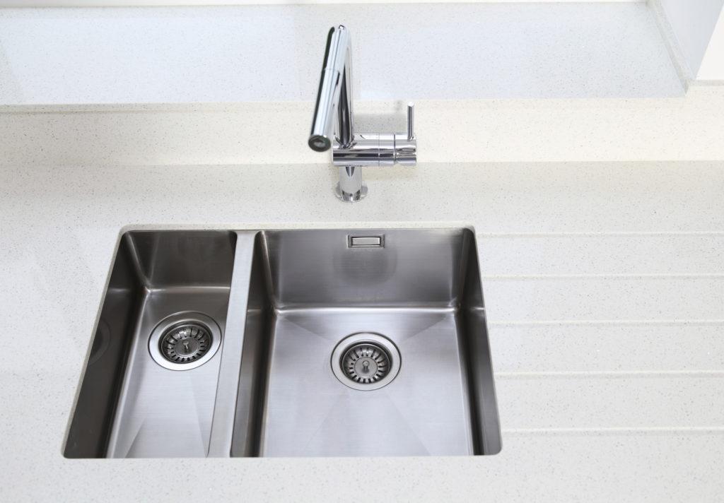 Wastafel cuci piring dari stainless steel yang bersih mengkilap - Rumah123.com