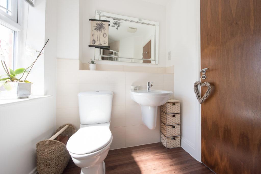 Kloset duduk yang kerap digunakan di rumah modern ternyata punya banyak kekurangan ketimbang kloset jongkok - Rumah123.com
