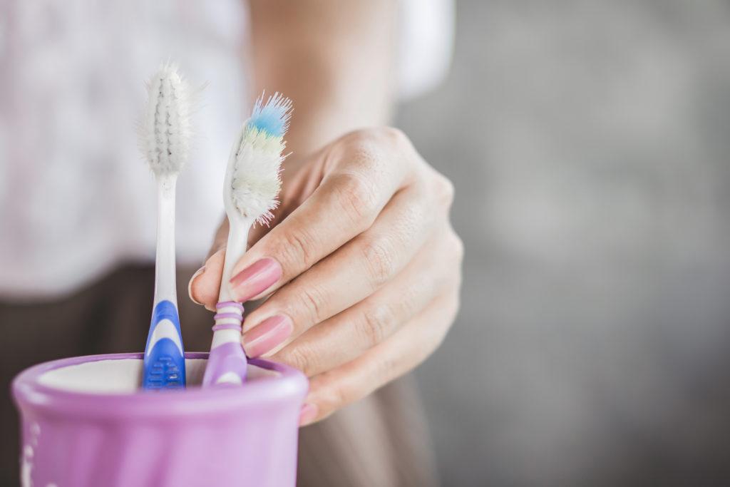 Sikat gigi bekas sebaiknya tak dibuang, karena bisa digunakan untuk membersihkan banyak hal - Rumah123.com